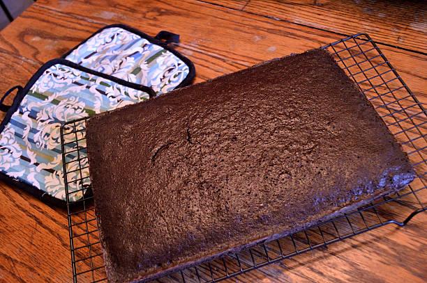 schokoladenkuchen kühlung auf holztisch - tarte und törtchen stock-fotos und bilder