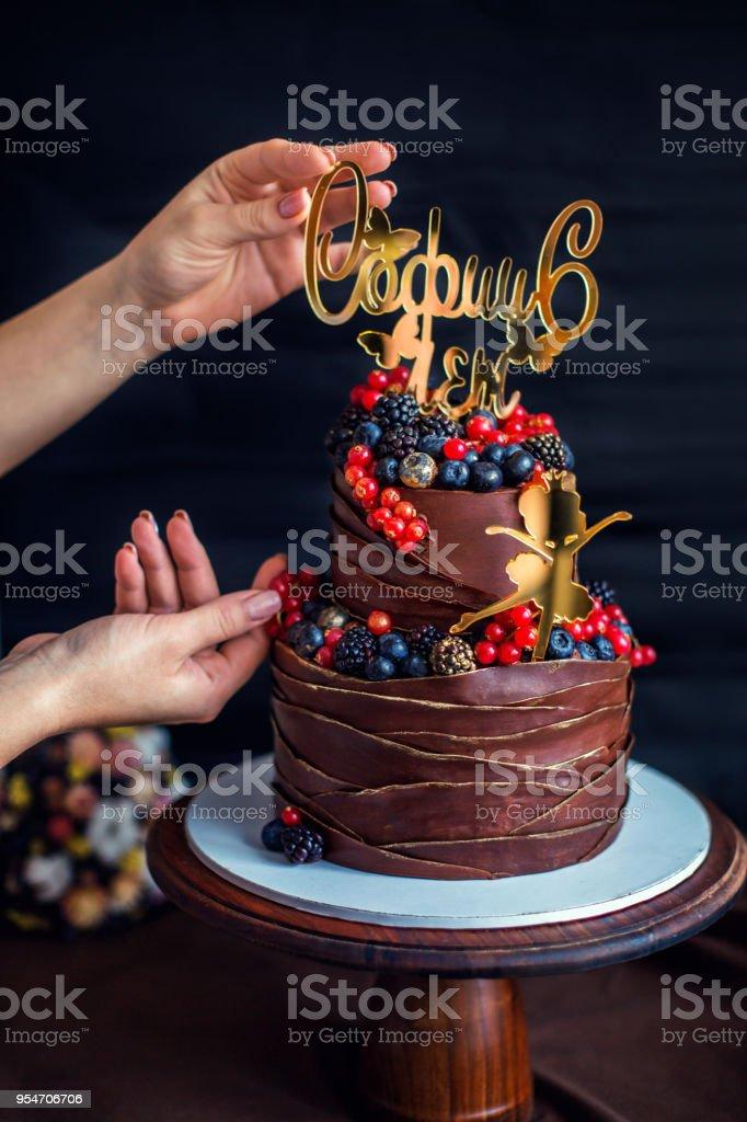 Pastel De Chocolate Decorado Con Frutas Del Bosque La