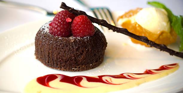schokolade kuchen dessert, beeren & eis mit himbeersauce - waffelbecherkuchen stock-fotos und bilder
