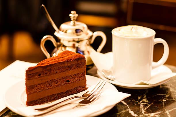 schokoladenkuchen in demel café in wien - österreichische kultur stock-fotos und bilder