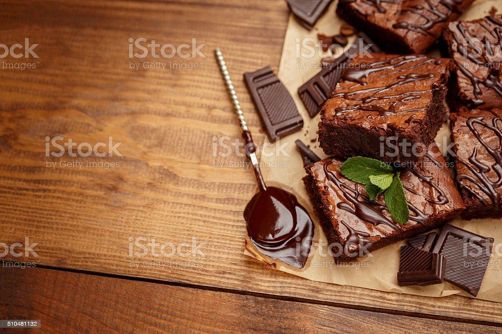 Pastel de chocolate en una bandeja de horno - foto de stock