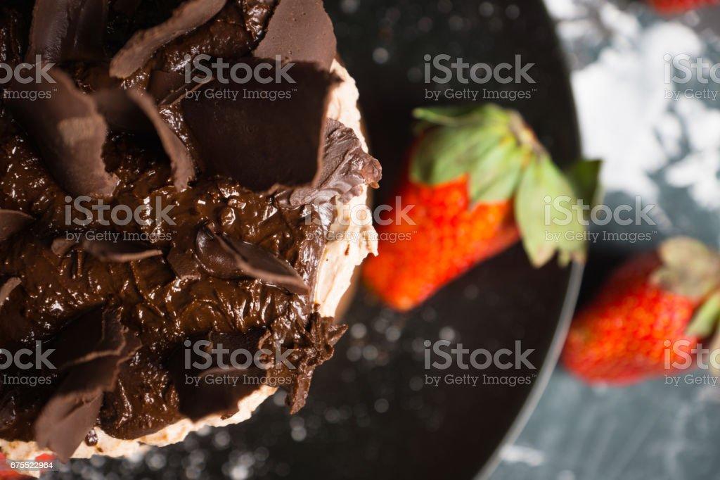 Rustik zemin üzerine çikolatalı kek royalty-free stock photo
