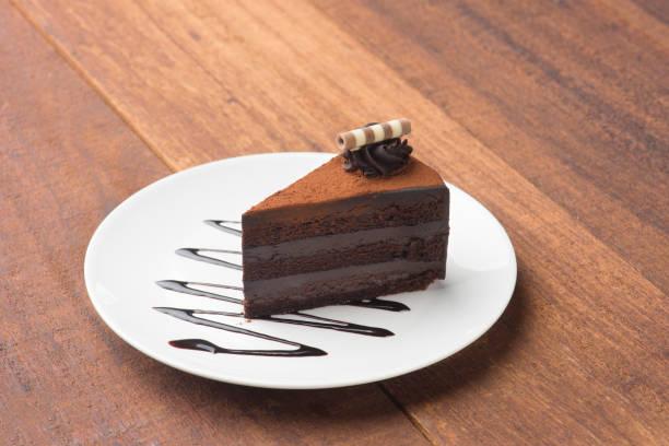 Bolo de chocolate em fundo de madeira - foto de acervo