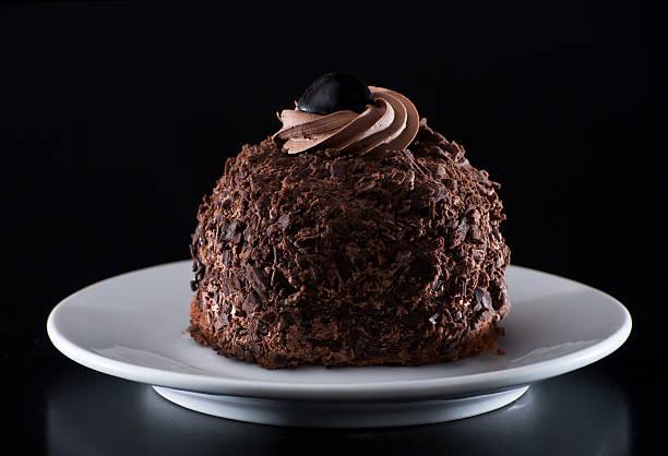 chocolate schokoladenkuchen - schokoladen trüffeltorte stock-fotos und bilder