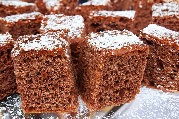 chocolate schokoladenkuchen - schokoladen biskuitkuchen stock-fotos und bilder