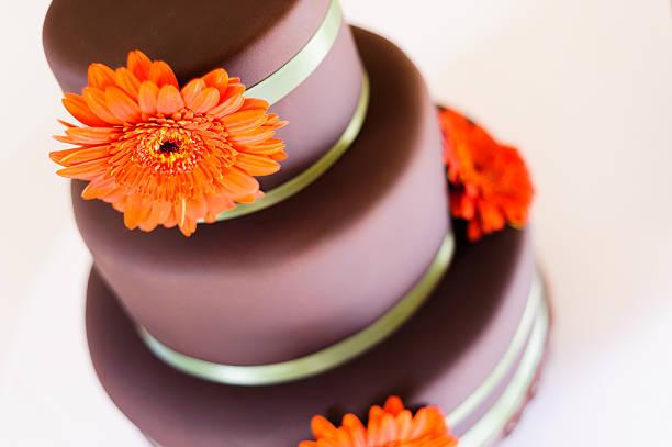 chocolate schokoladenkuchen - orange hochzeitstorten stock-fotos und bilder