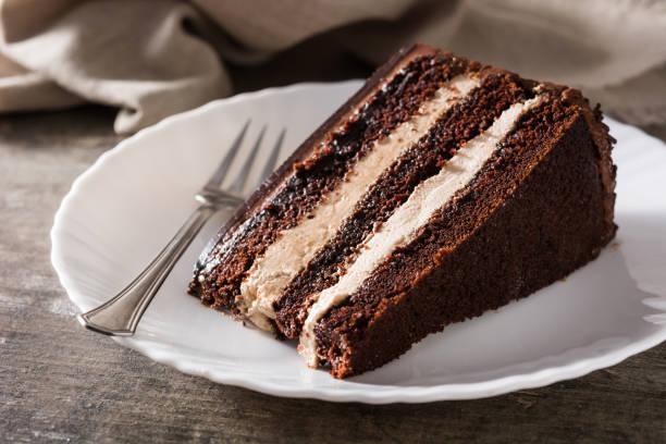 schokoladenkuchenscheibe - schokoladen biskuitkuchen stock-fotos und bilder
