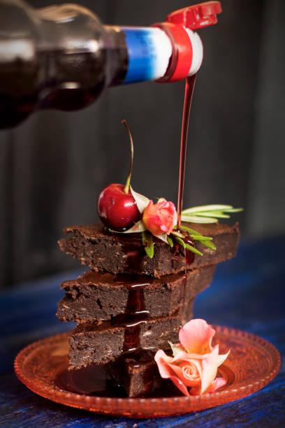 schokoladenkuchen mit beeren, mit blumen geschmückt. textfreiraum - vegane hochzeitstorte stock-fotos und bilder