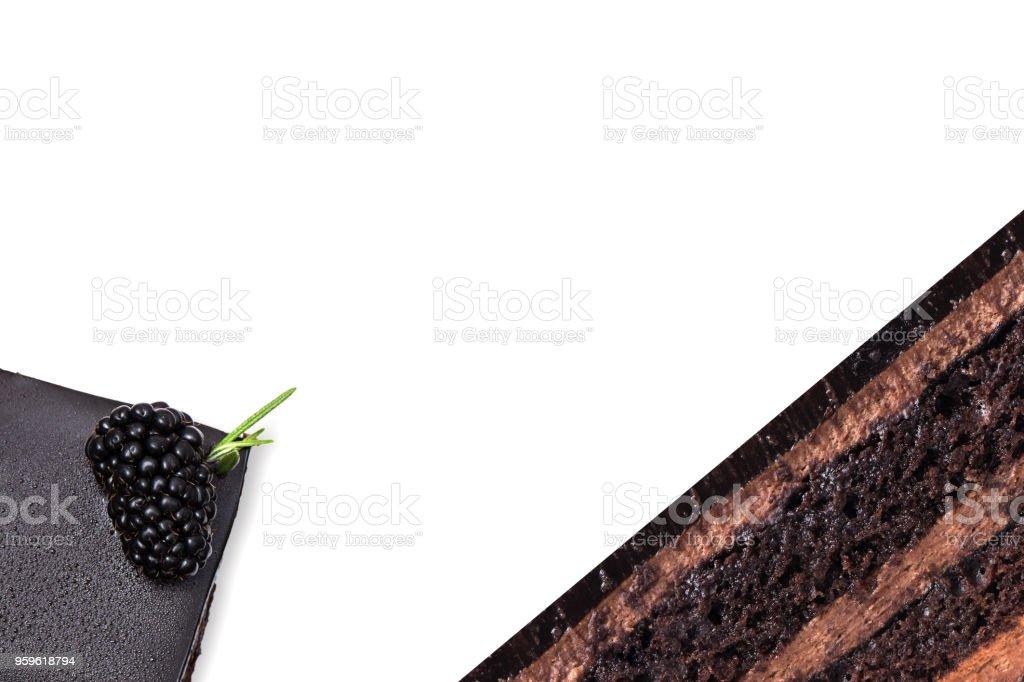 pastel de chocolate con moras sobre fondo blanco - Foto de stock de Alimento libre de derechos