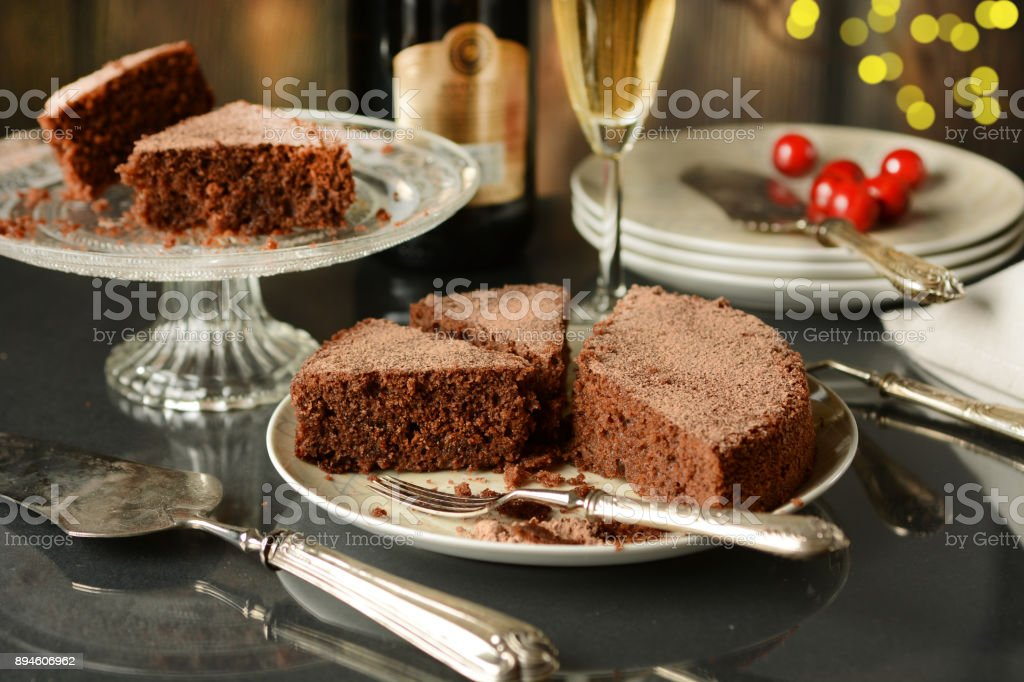 chocolate cake with champagne beside - fotografia de stock