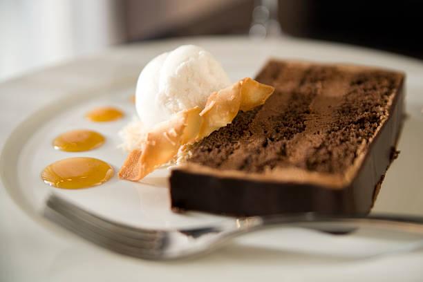 schokoladenkuchen mit kokos-sorbet und tuille blätterteig - waffelbecherkuchen stock-fotos und bilder