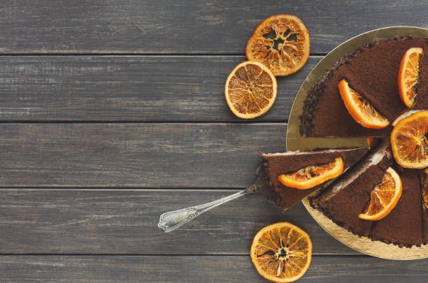 schokoladenkuchen mit sahne und profiterole - schokoladen käsekuchen törtchen stock-fotos und bilder