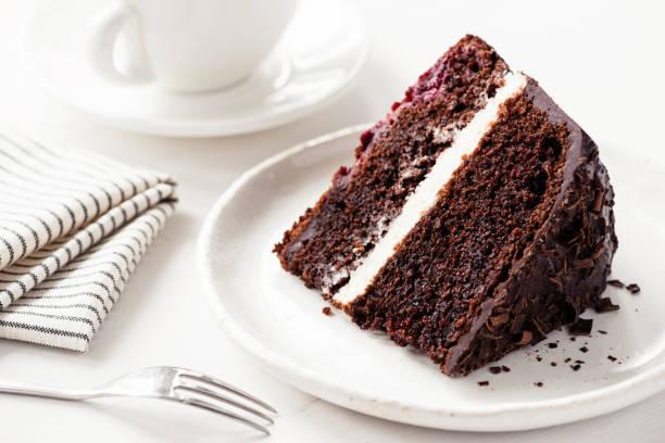 schokoladenkuchen mit sahnefüllung - schokoladen biskuitkuchen stock-fotos und bilder