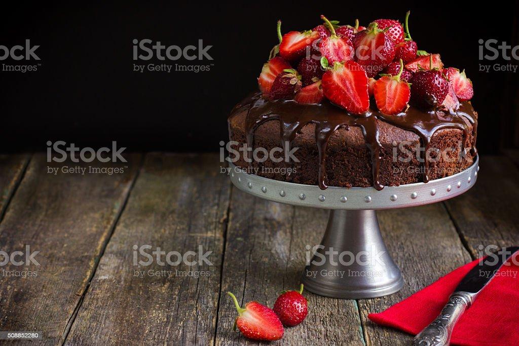 Bolo de chocolate com morangos frescos - foto de acervo
