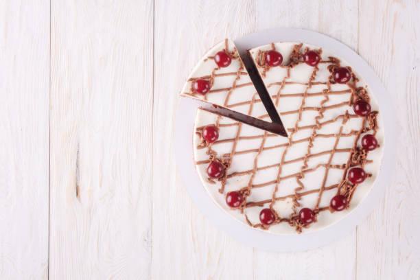 schokoladenkuchen mit mousse, das kirschen - schokoladen käsekuchen törtchen stock-fotos und bilder