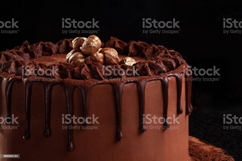 Chocoladetaart met noten op een zwarte achtergrond. Close-up - Royalty-free Achtergrond - Thema Stockfoto
