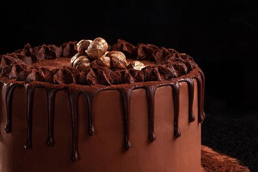 Chocoladetaart Met Noten Op Een Zwarte Achtergrond Closeup Stockfoto en meer beelden van Achtergrond - Thema