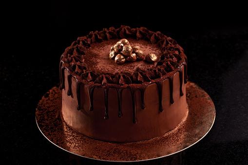 Chocoladetaart Met Noten Op Een Zwarte Achtergrond Stockfoto en meer beelden van Achtergrond - Thema