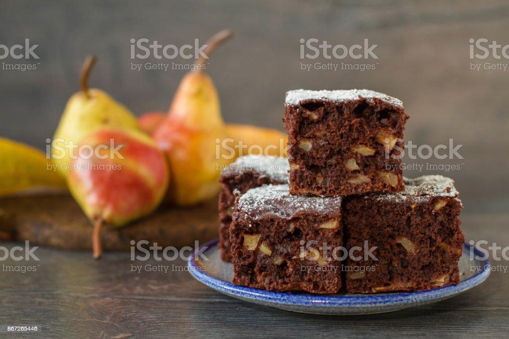 Çikolatalı kek ile armut rustik tarzda stok fotoğrafı