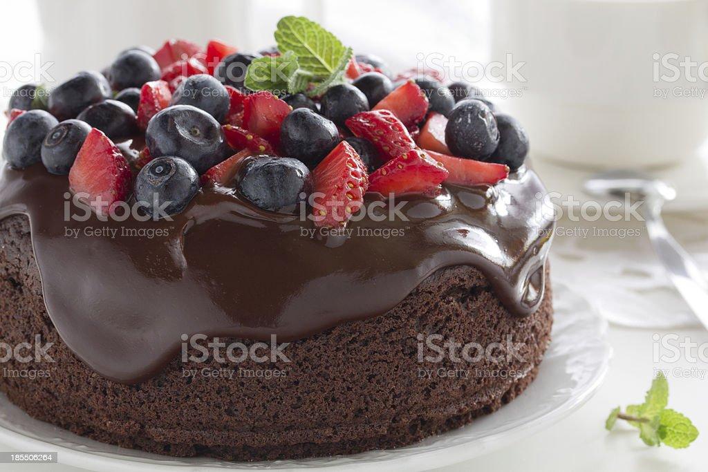 Bolo de Chocolate com frutas vermelhas de verão. - foto de acervo