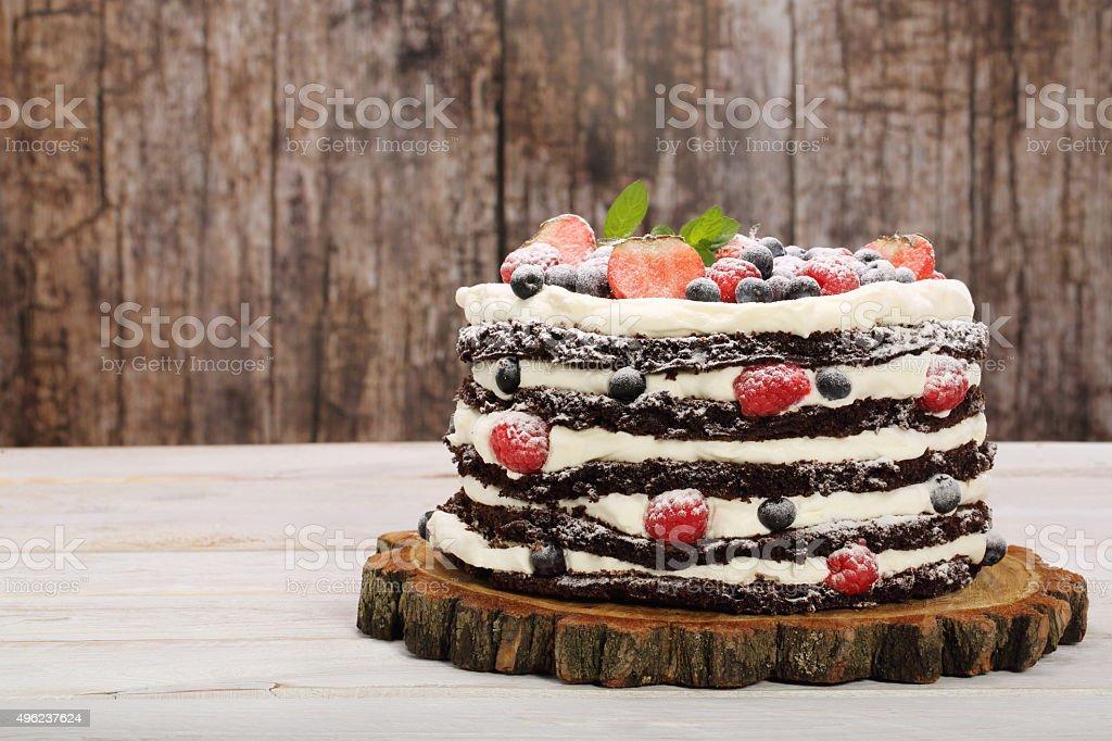 Bolo de Chocolate com creme branco e frutas frescas - foto de acervo
