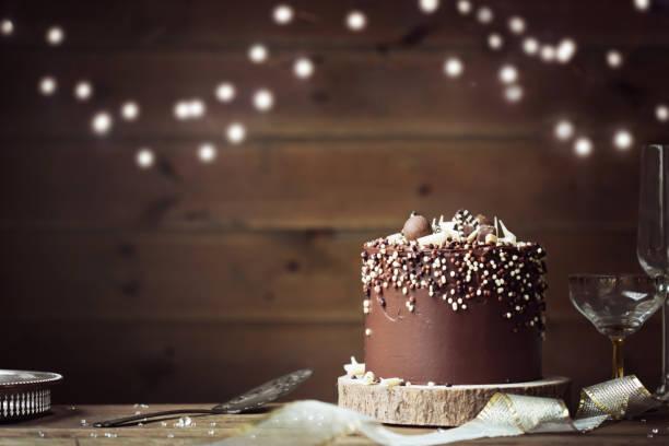 schokolade feier kuchen - hausgemachte hochzeitstorten stock-fotos und bilder