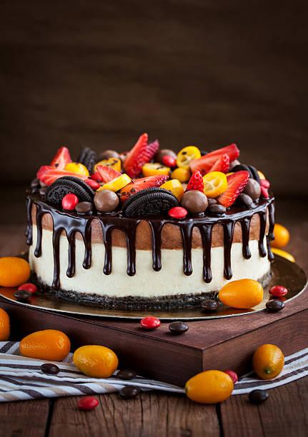 schokoladen-käsekuchen mit frischen früchten - käsekuchen kekse stock-fotos und bilder