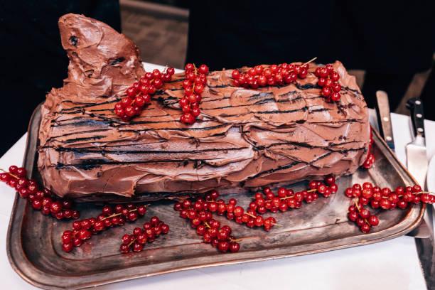 schoko kirsch yule log - deutscher schokoladen zuckerguss stock-fotos und bilder