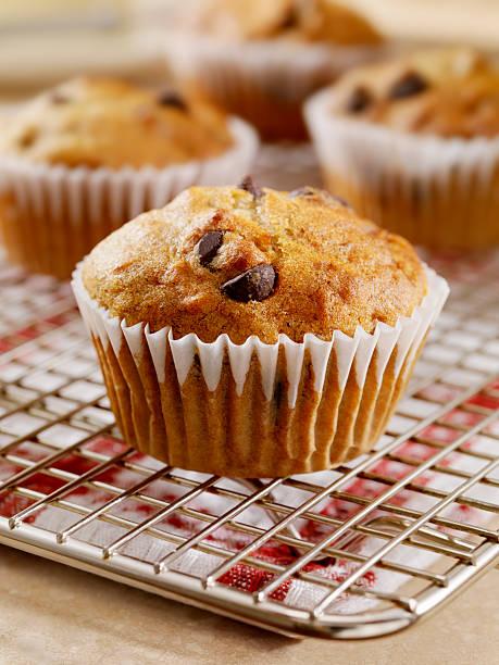 chocolate chip und bannana muffins - gebackene banane stock-fotos und bilder