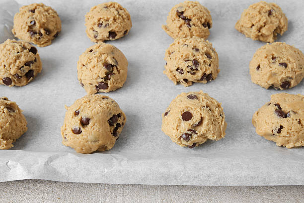 biscotti pasta al cocco con scaglie di cioccolato, messa a fuoco differenziale - impasto per il pane foto e immagini stock