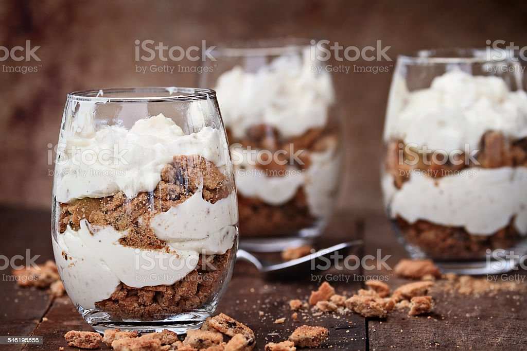 Chocolate Chip Cookie Cheesecake Parfaits - foto de acervo