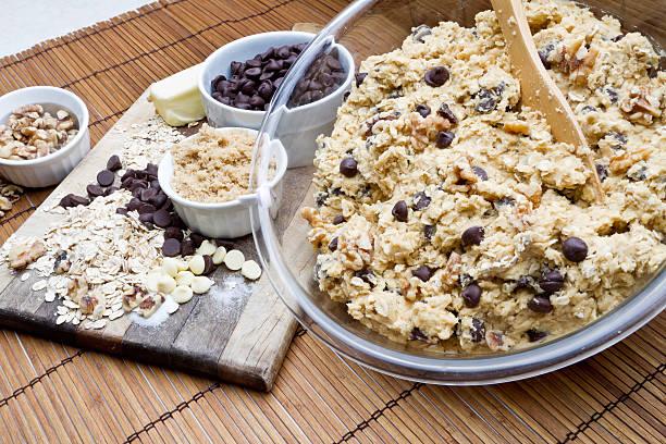 chocolate chip cookie-teig - hafer cookies stock-fotos und bilder
