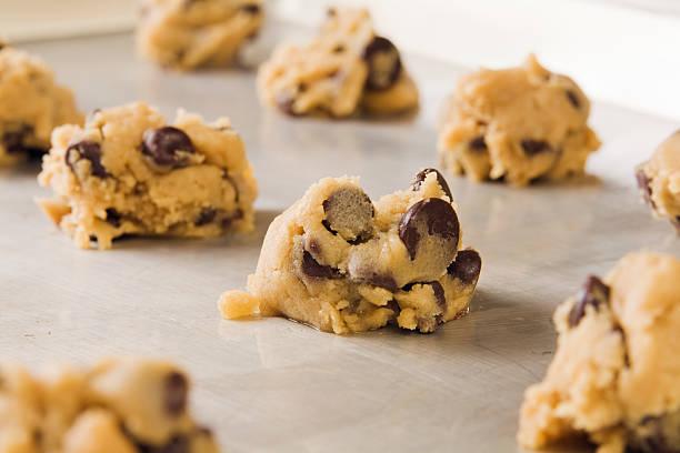 biscotto con gocce di cioccolato impasto per il pane - impasto per il pane foto e immagini stock