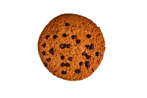 isoliert auf weißem hintergrund mit schokosplittern - low carb kekse stock-fotos und bilder