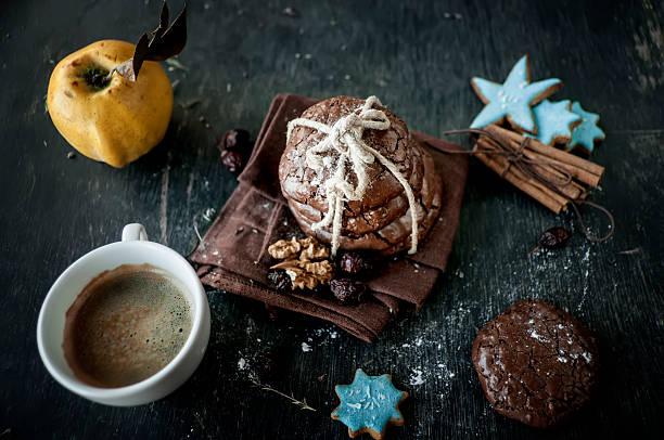chocolate chip kekse und kaffee - quittenkuchen stock-fotos und bilder