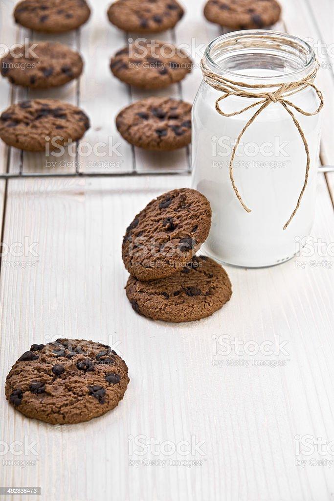 Galletas con pedacitos de Chocolate y la leche - foto de stock