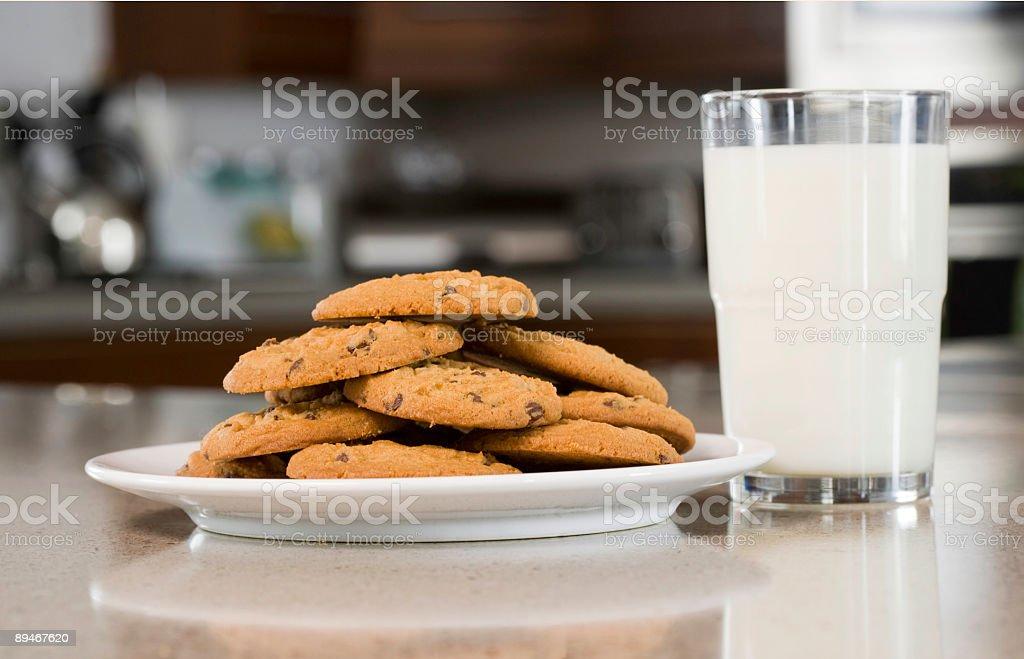 Chocolate Chip Keks'und Milch Lizenzfreies stock-foto