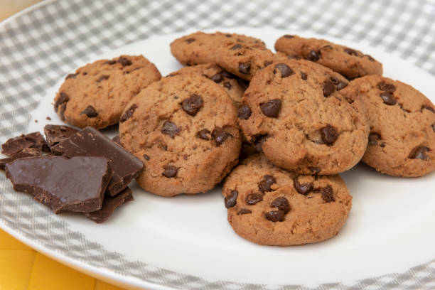 chocolate chip cookies - fette biscottate foto e immagini stock
