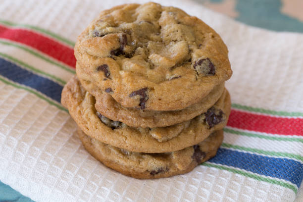 chocolate chip cookies - kauwgomachtig stockfoto's en -beelden
