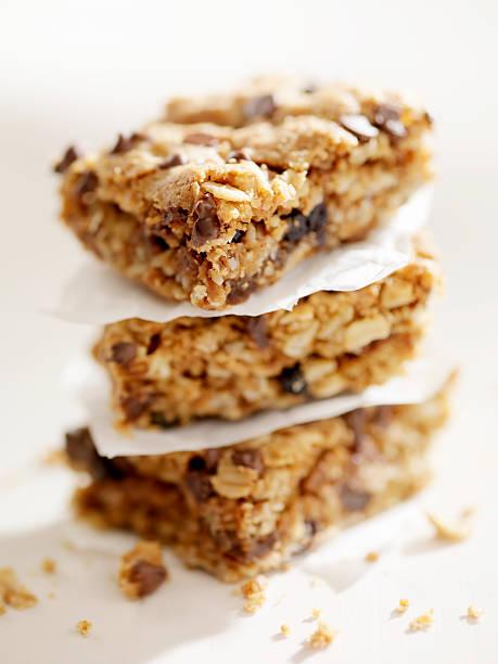 chocolate chip müsliriegel - hafer cookies stock-fotos und bilder
