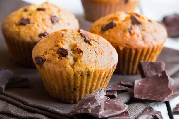 chocolate chip muffins - muffin foto e immagini stock