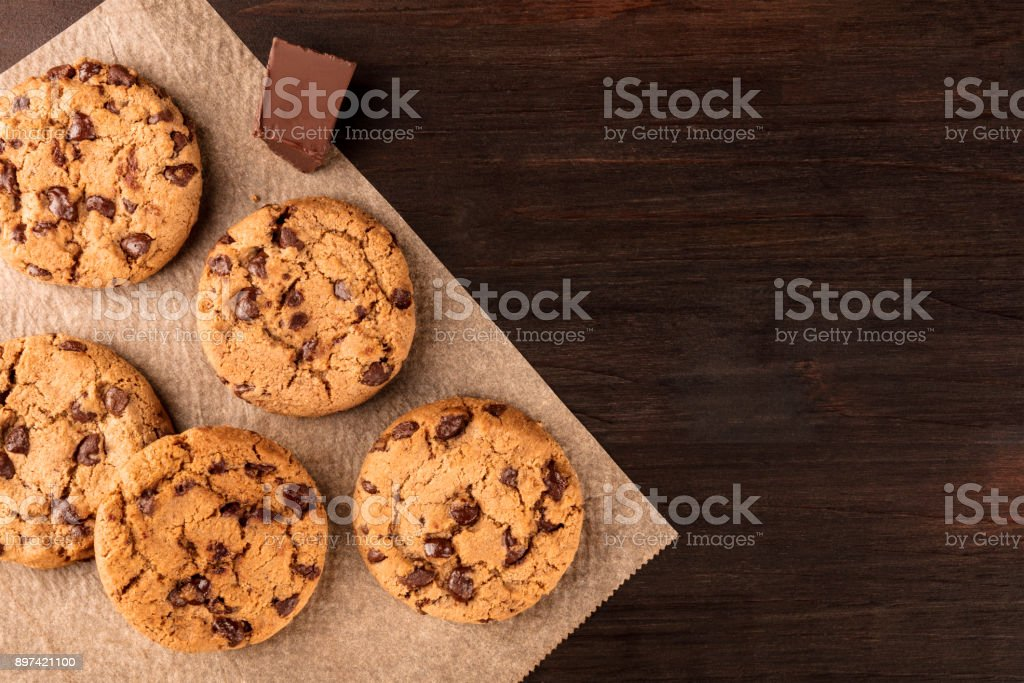 Chocolate chips cookies on baking paper with copyspace - foto stock