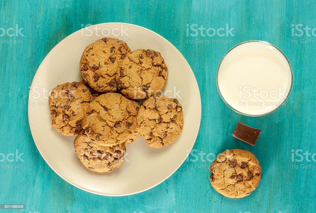 Chocolate chips cookies with glass of milk on blue texture photo libre de droits