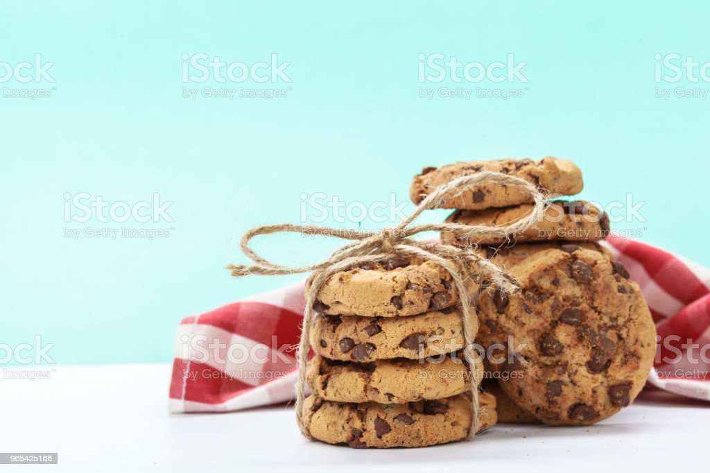chocolate chunk cookies on a bright blue background zbiór zdjęć royalty-free