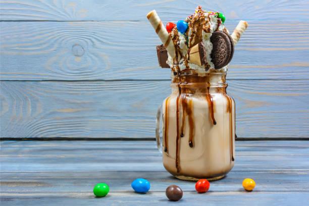 cocktail mit tropfenden zephyr und keks-sauce schokolade - kaffee protein shakes stock-fotos und bilder