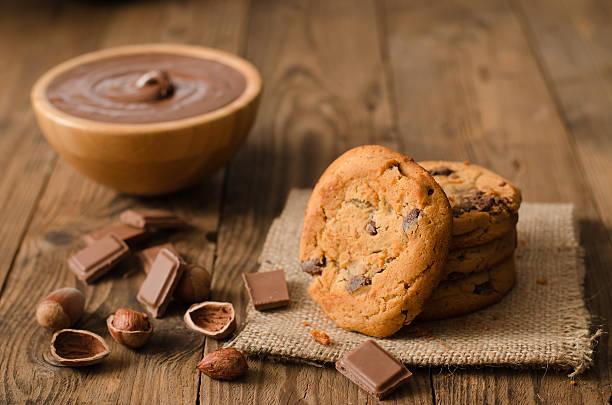 chocolate cookies and ingredients on wooden table - schokolade gebratene kuchen stock-fotos und bilder