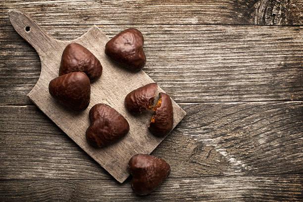 schokolade cookies - lebkuchenherzen stock-fotos und bilder