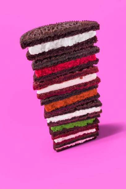 schokoladenkekse mit gewürzten füllungen - oreo torte ohne backen stock-fotos und bilder