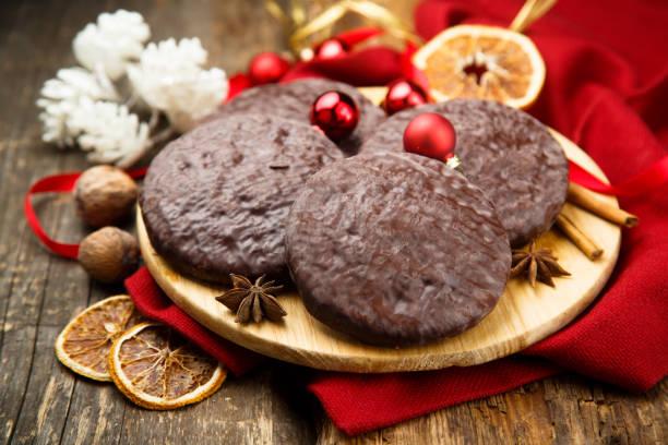 schokolade überdachten lebkuchen - deutscher schokoladen zuckerguss stock-fotos und bilder
