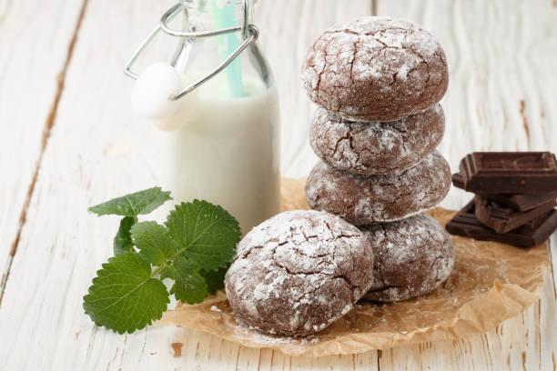 schokolade windungen.  cookies mit puderzucker bestreuen. selektiven fokus - spitzenkekse stock-fotos und bilder